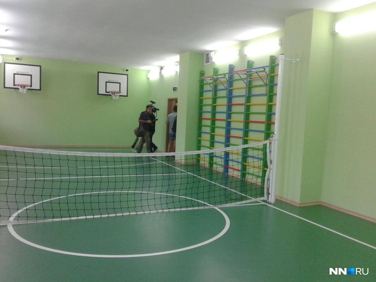 В здании оборудован отдельный спортивный блок со спортивным залом, душевыми и раздевалками