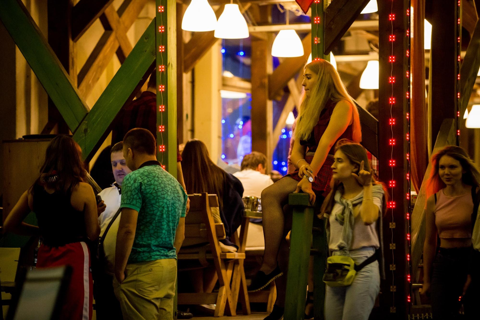 Ушла в загул: репортаж с самой тусовочной улицы города (ночью она превращается в курортный променад)
