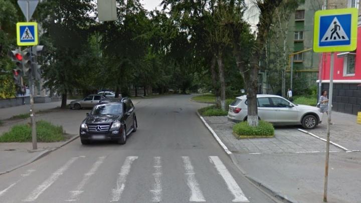 На Химмаше водитель Lada Granta сбил на пешеходном переходе беременную девушку