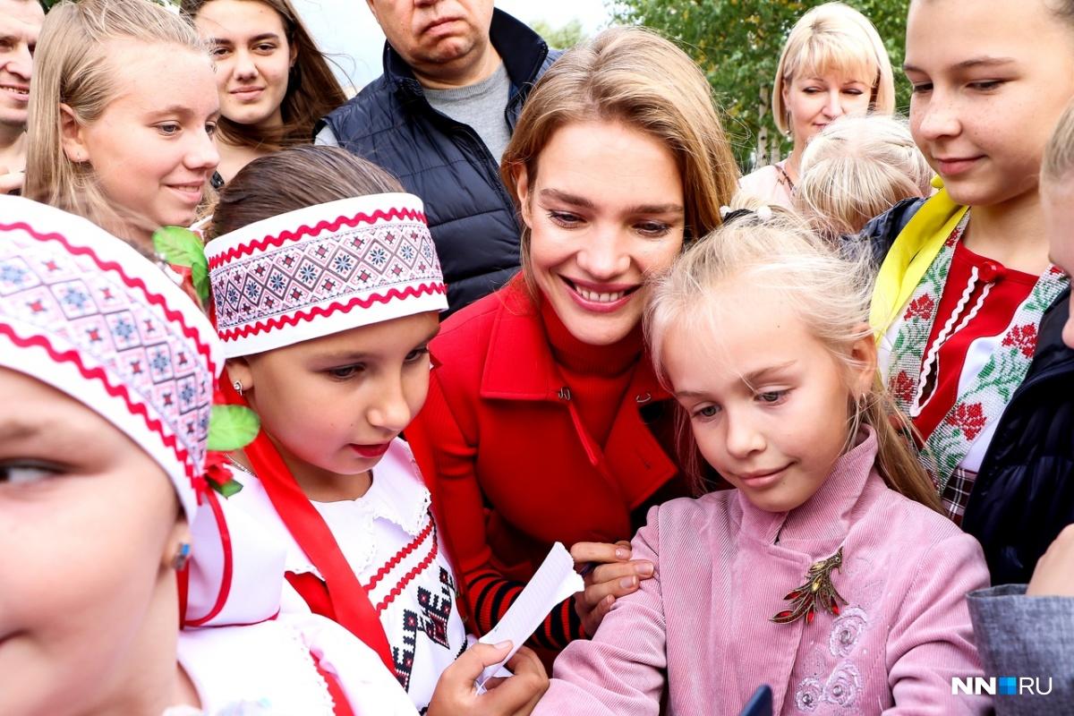 Наталья с удовольствием фотографировалась с юными поклонниками