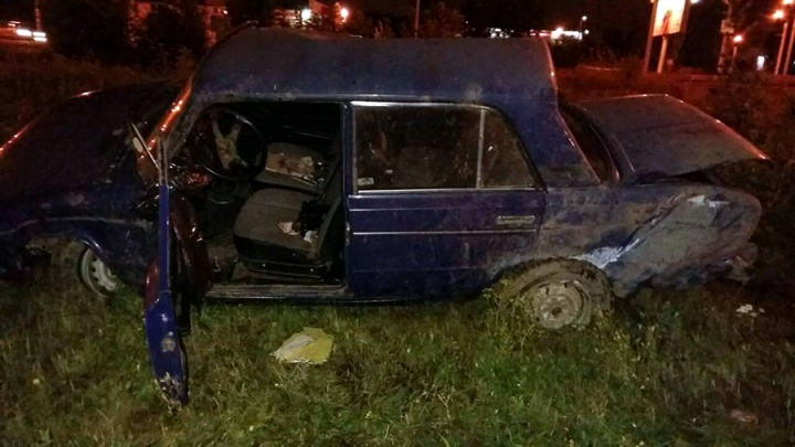 Увезли на скорой: в Челябинске «шестёрка» опрокинулась на мужчину, шедшего по тротуару