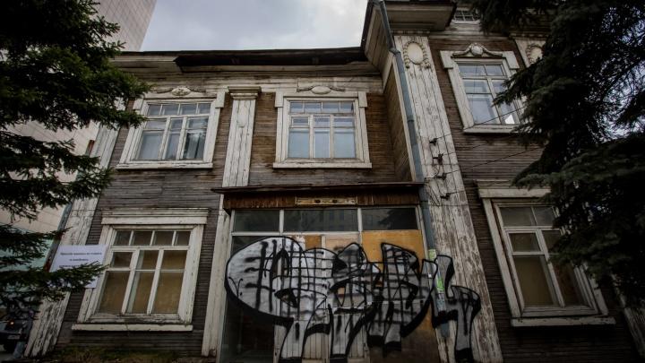 Власти объяснили, почему разрешили снести 100-летний дом на Коммунистической