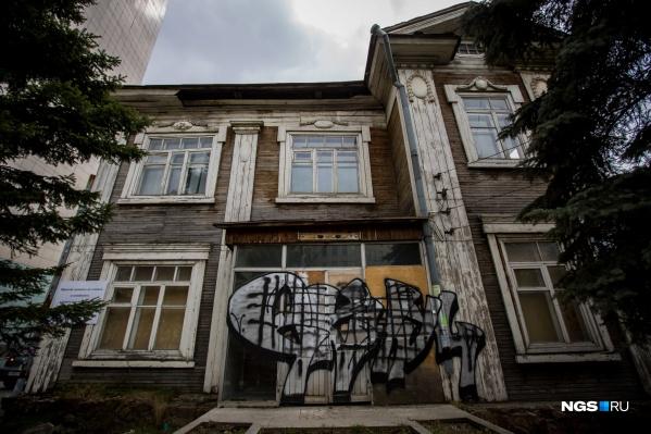 Необычный деревянный дом по Коммунистической, 16 в стиле модерн построили в 1915 году
