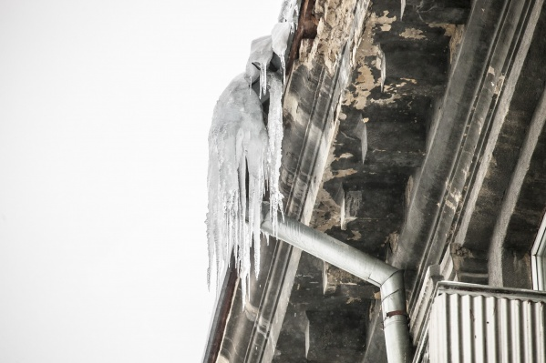 Из-за кратковременной оттепели на крышах зданий появились опасные сосульки