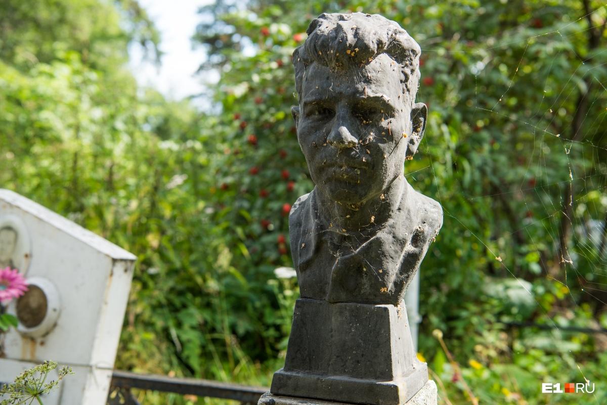 Большинство таких бюстов установлены на могилах сотрудников Каслинского завода