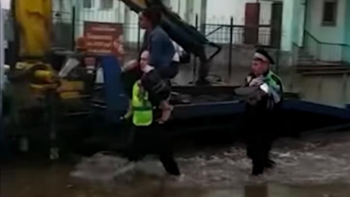 Дорожное видео недели: спасатели из ГИБДД, президентский кортеж генпрокурора и отстрел пешеходов