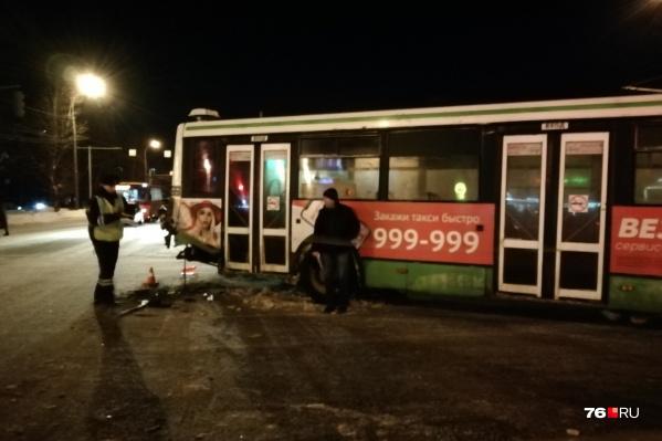 У автобуса разбита задняя часть