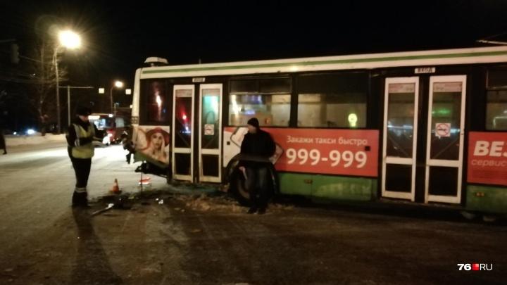 «Я сразу бросился в салон!» Водитель автобуса, в который врезалась легковушка, рассказал о ДТП