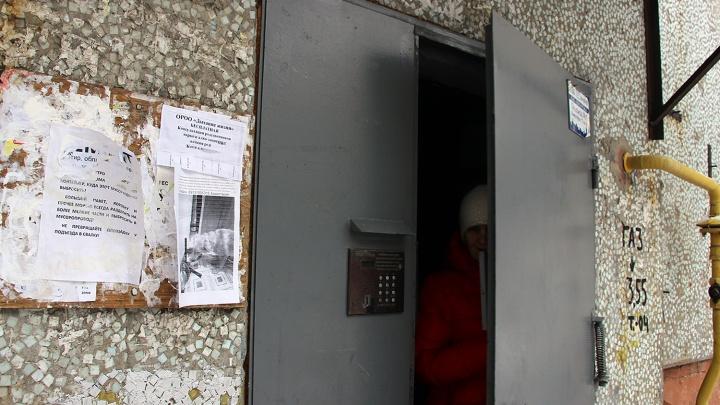 В Омске мужчина напал на школьницу в подъезде