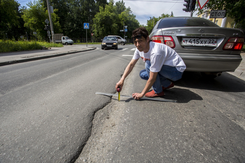 Ямы по локоть: НГС измерил колеи на дорогах Новосибирска — они превратили асфальт в стиральную доску