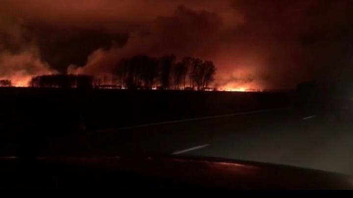 Огонь разбушевавшегося пожара подобрался к Чуйскому тракту