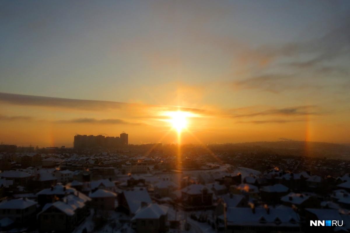 Гало — радуга вокруг солнца, которая появляется благодаря кристалликам льда в воздухе. Явление происходит при ярком солнце, высокой влажности и крепком морозе