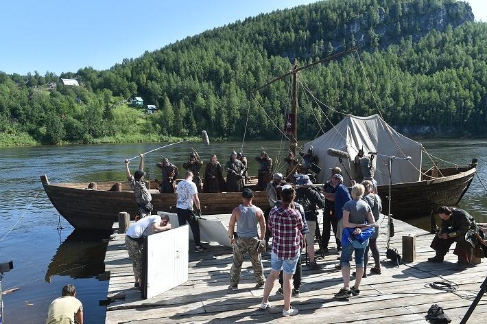 Фильм снимают на берегу реки