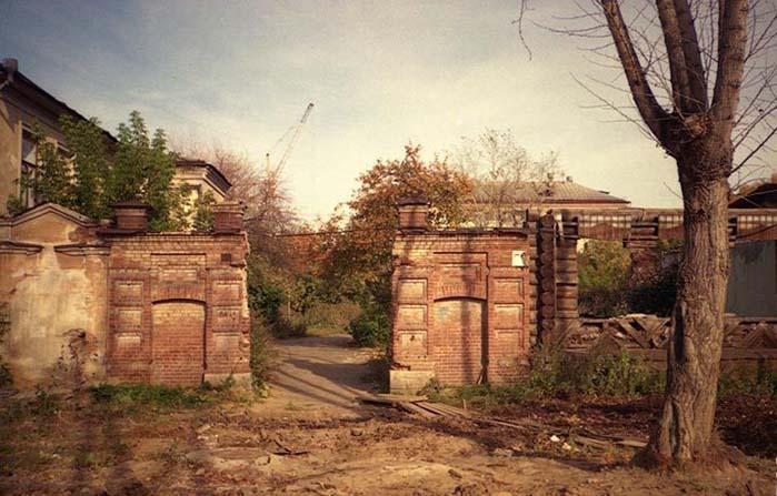 У нее были ворота, от которых сейчас ничего не осталось