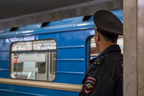 Некоторые пассажиры вышли из вагонов метро, встревоженные криками