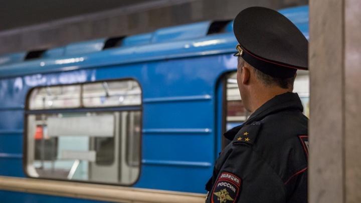 Двое мужчин устроили разборку на станции метро «Октябрьская»