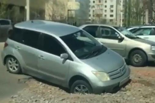 Третья машина, провалившаяся в яму