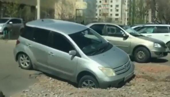 В яму на «Взлетке», где застрял Range Rover, провалились еще две машины