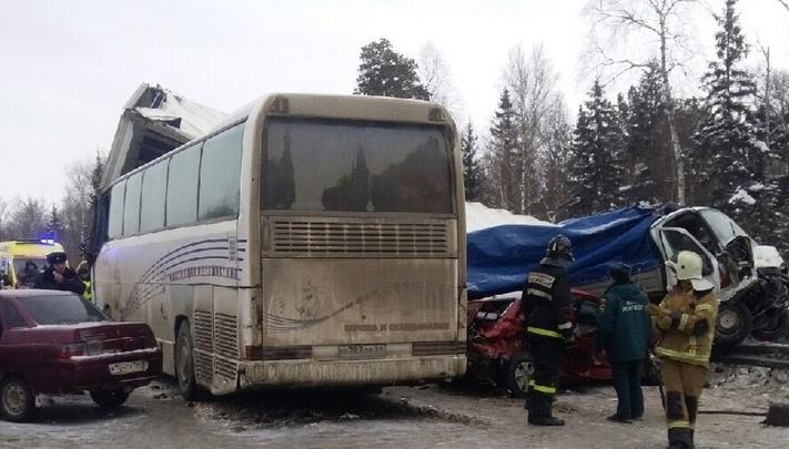Под Краснокамском произошла массовая авария: столкнулись автобус, фура, «Газель» и три легковые машины