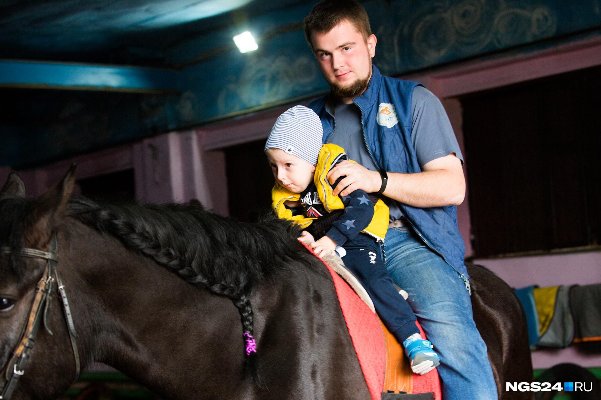 Кататься на лошади Тимоше помогают опытные инструкторы
