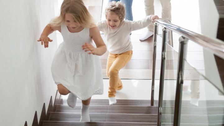 Тюменцы перестанут падать с лестниц, или Как придать квартире антискользящий эффект