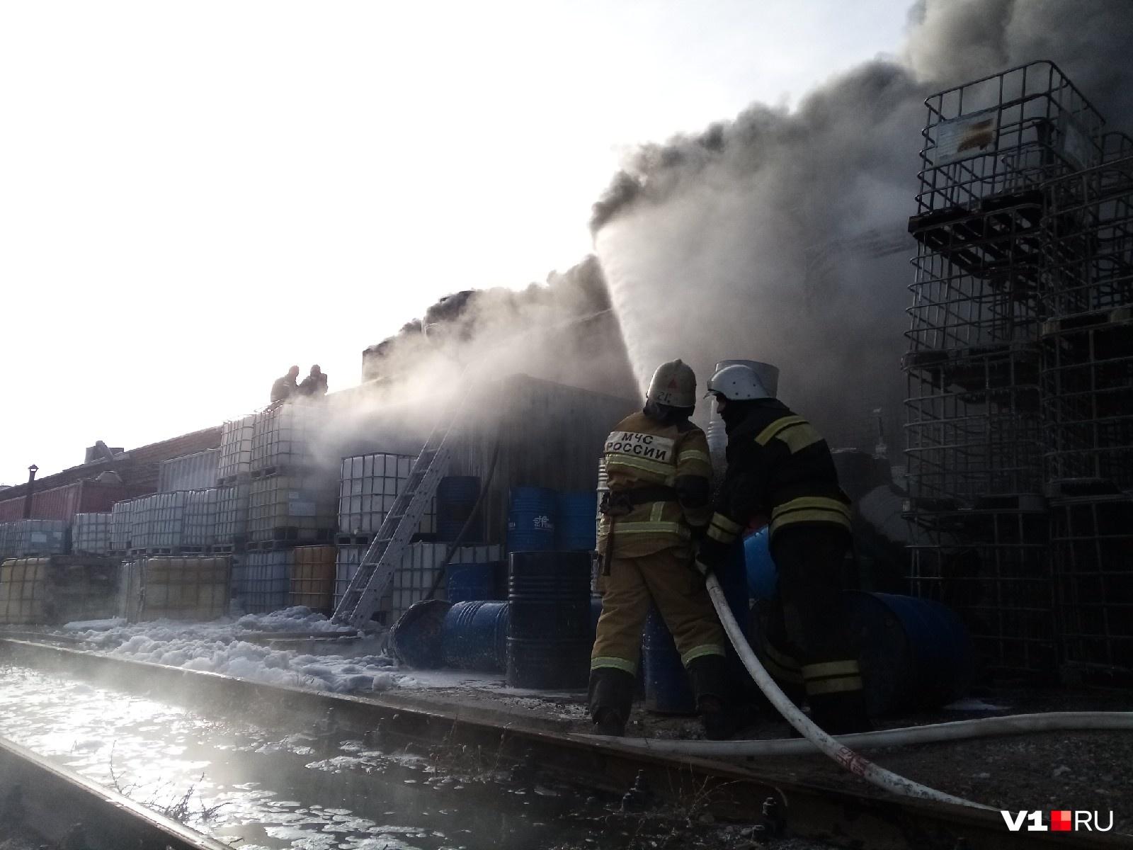 Пожарные пытаются локализовать огонь