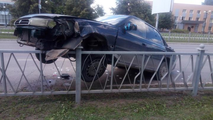 В Верхней Пышме автомобилисты повесили на забор перевернувшуюся легковушку, чтобы вытащить водителя