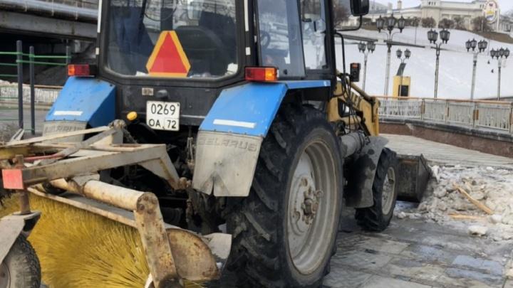 Тюменцы заметили, что спецтехника, убирающая снег с набережной, крошит дорогую гранитную плитку