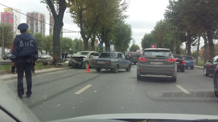 Таксиста, который врезался в дерево на Космонавтов и погубил пассажирку, посадили на 4 года