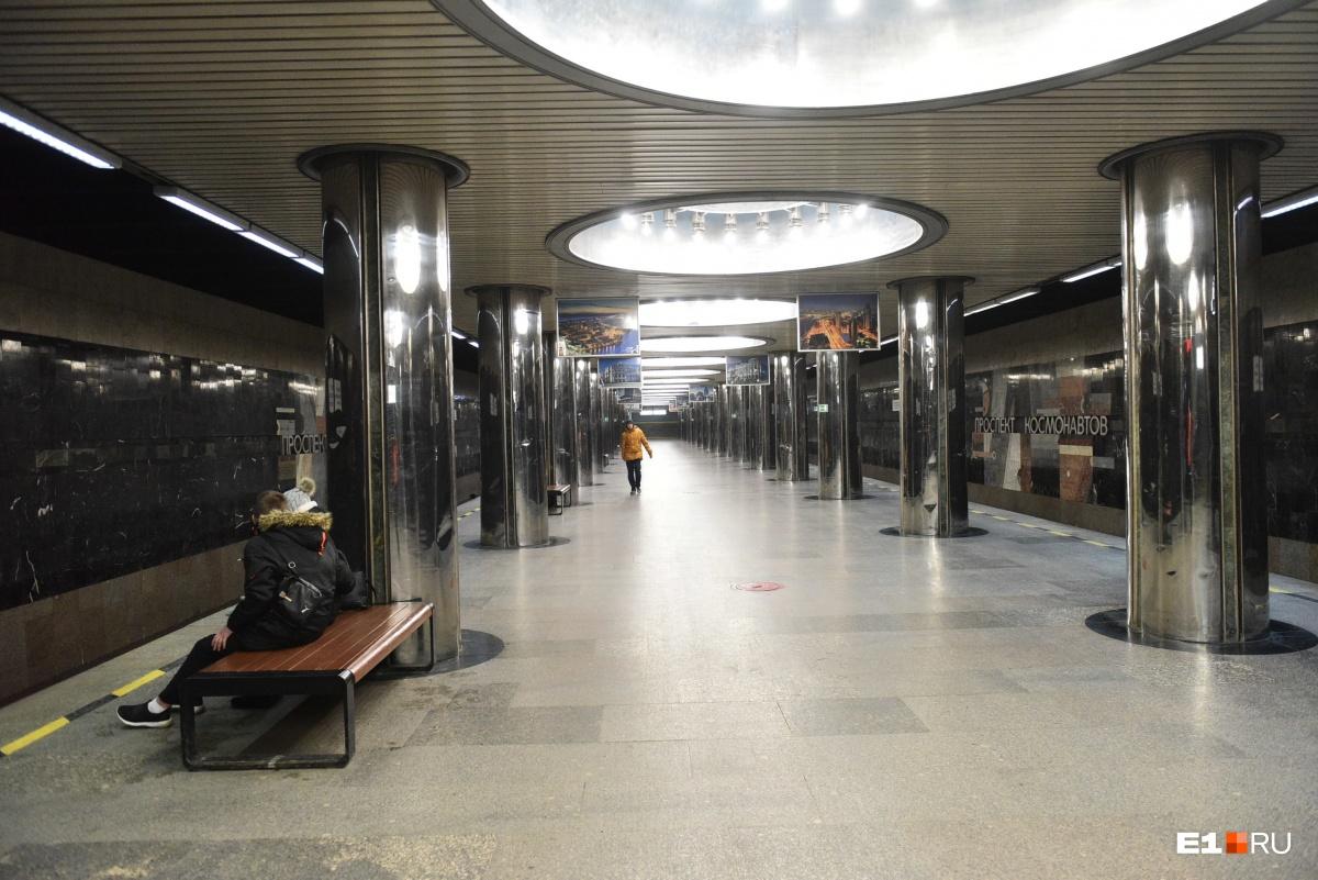 На станциях метро почти нет людей