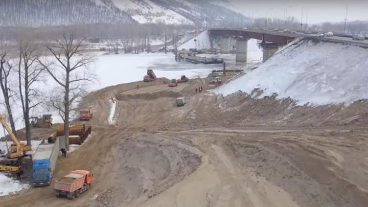Трамбуют съезды: смотрим, как продвигается строительство моста через реку Сок