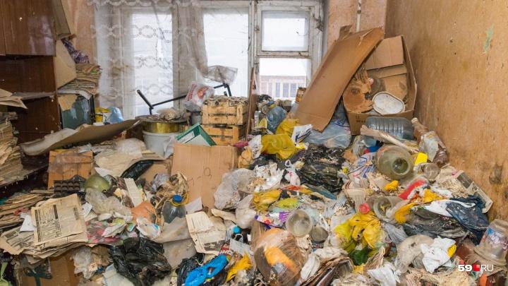 Двоих пермяков выселили из трехкомнатной квартиры из-за антисанитарии и долгов