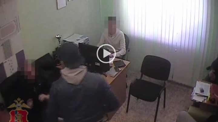 Двое уголовников с травматами требовали от бизнесмена переписать на них фирму