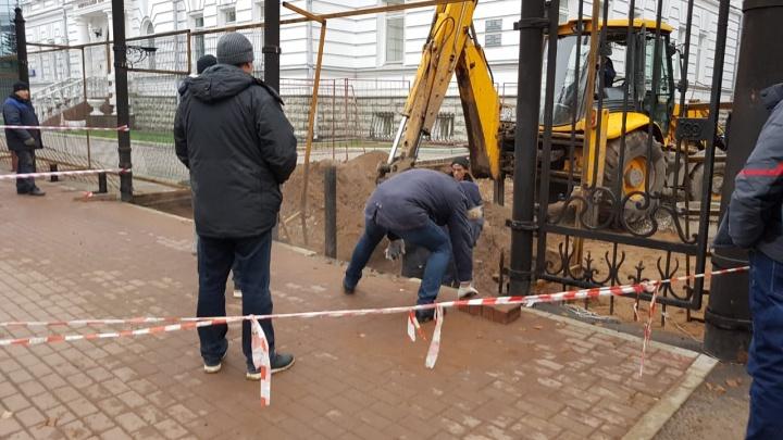 Пробили трубу, устанавливая забор: рабочие лишили воды и отопления 30 домов в центре Уфы