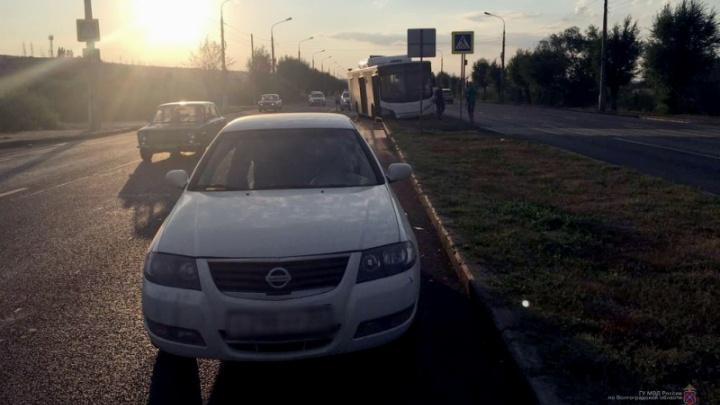 Автобус врезался в пропускавшую пешеходов иномарку в Волгограде