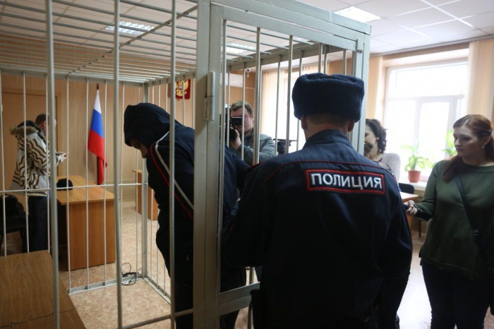 Выслушавшего приговор Сергея Романова выводят из зала суда