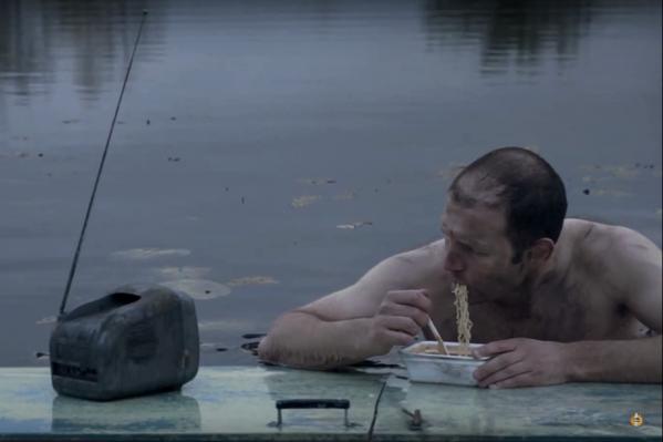 По словам режиссёра, клип — не только об экологии, но и о бесконтрольном потреблении информации
