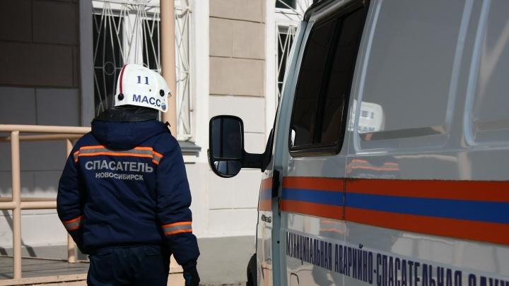 Новосибирец и его девушка приковали себя наручниками в подъезде — выбраться сами они не смогли