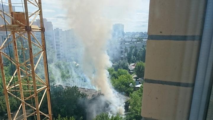 В Тюмени из горящего деревянного дома эвакуировали 20 человек