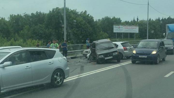 ДТП на Бердском шоссе вызвало огромную пробку— скорая долго не могла добраться до пострадавших