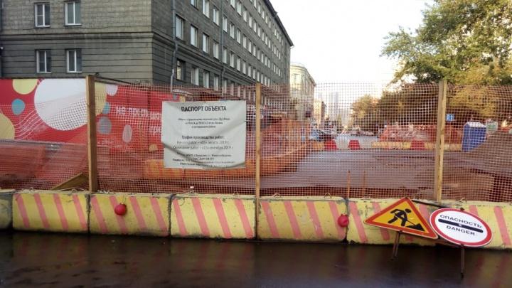 Ленина забыли закопать: улица в центре Новосибирска осталась закрытой для машин