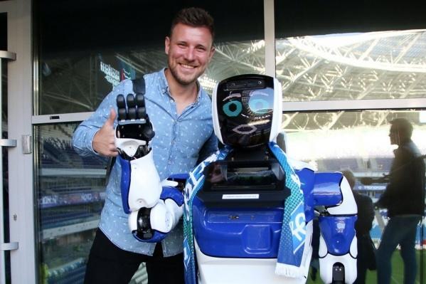 Робот Дима побывал на футбольном матче