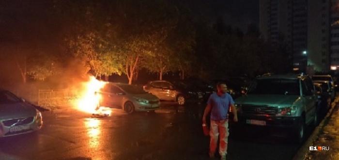 Жильцы дома своими силами потушили горящую иномарку