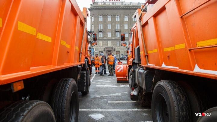 «На круглосуточном режиме»: больше полусотни машин разгребают снег на трассах Волгоградской области