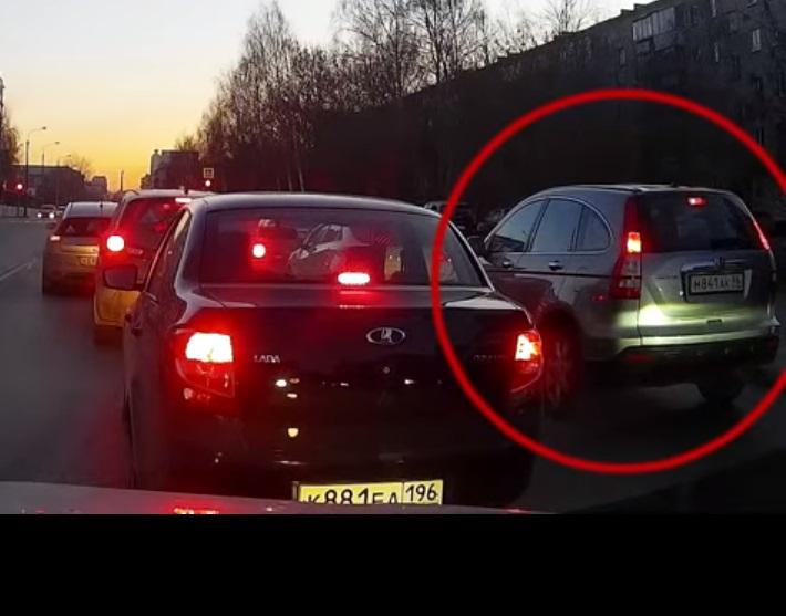 На кадре с видеорегистратора заметно, что стоп-сигналы Honda были исправны, в том числе верхний повторитель