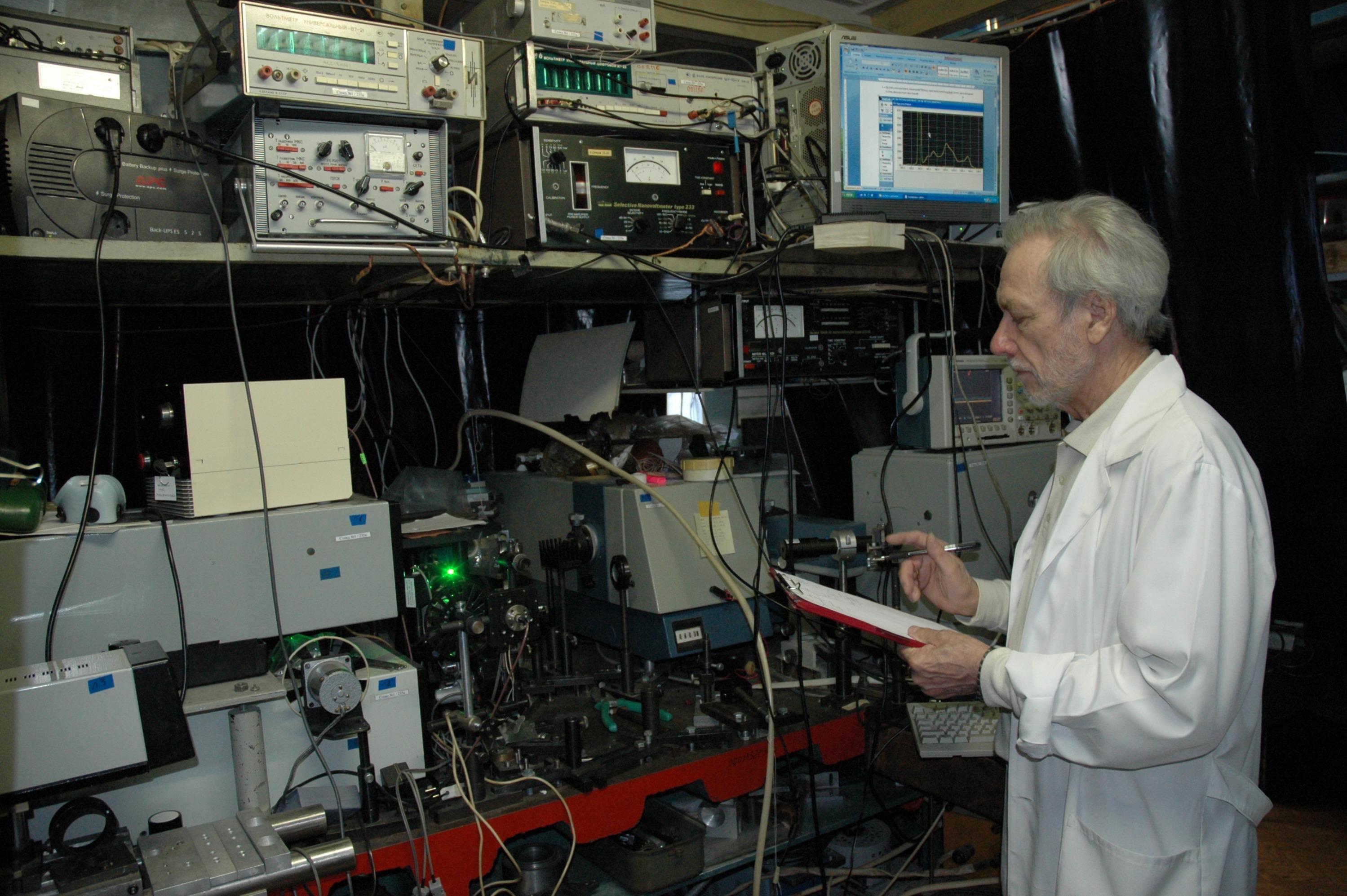 Сейчас Ефим Пестряков продолжает работать с лазерами, как и в 1966 году