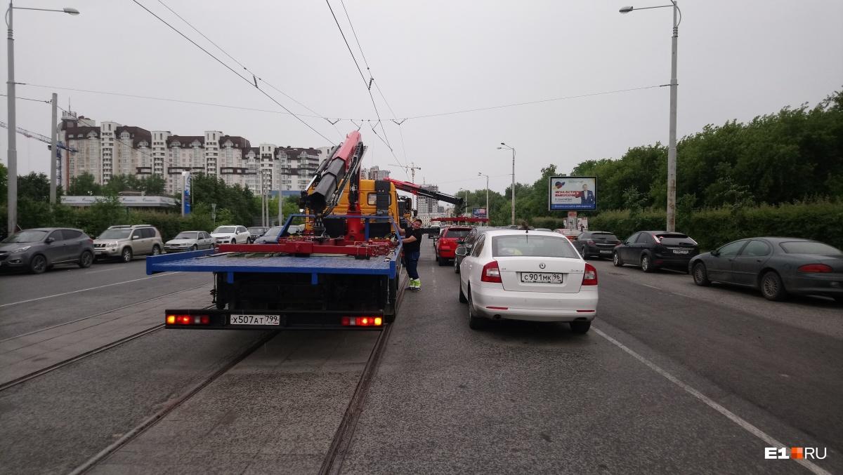 Перед открытием Макаровского моста с улицы массово эвакуировали автомобили, припаркованные прямо на дороге и трамвайных рельсах