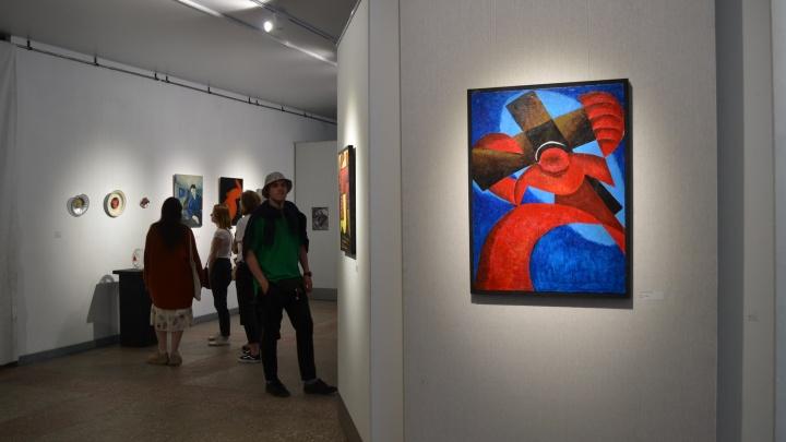 Ирония, смятение, война: в Архангельске открыли выставку молодого искусства