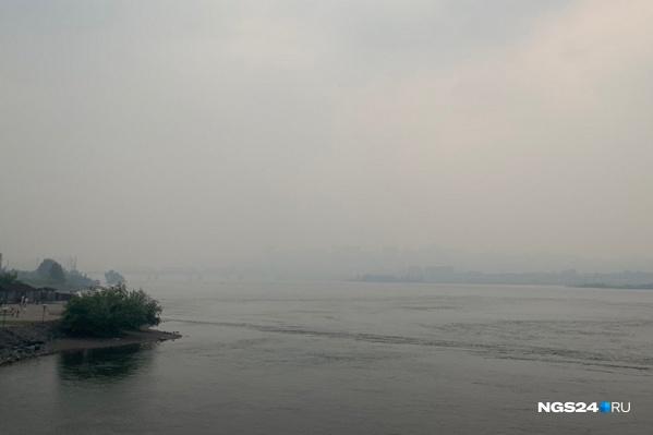 Вид на Железнодорожный мост и левый берег Красноярска. Всё теряется в дымке