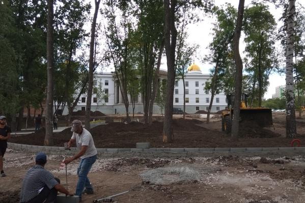 Работы в сквере возле собора идут в круглосуточном режиме